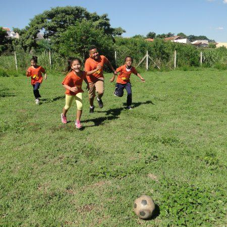 Atividades físicas e criativas trabalham a socialização  de crianças e adolescentes