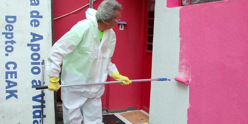 Mutirão do Grupo de Ação Voluntária da FEAC leva cor e beleza à Casa de Apoio à Vida