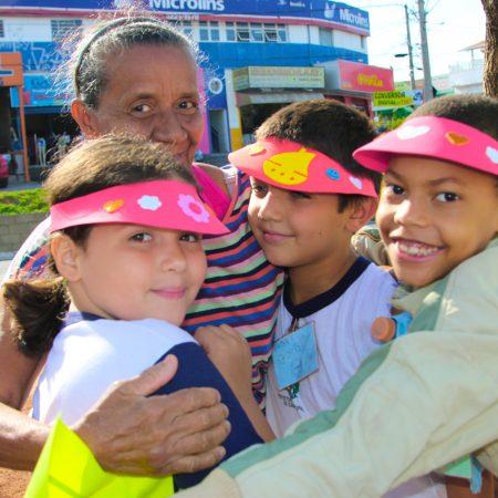 Crianças distribuem abraço grátis e dão lição de gentileza e carinho no meio da praça