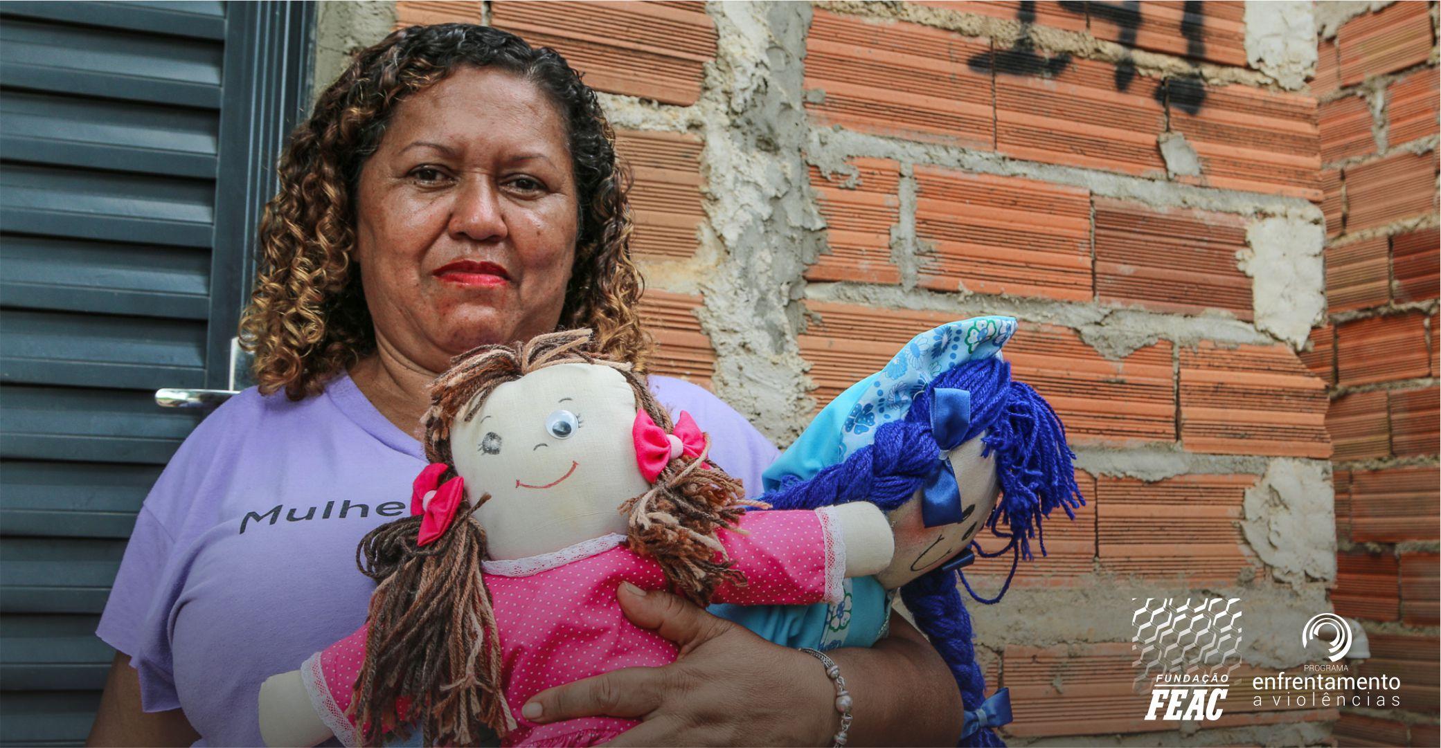 Mulher segurando duas bonecas